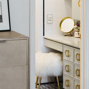 Идея дизайна: ванная комната среднего размера в скандинавском стиле с фасадами с утопленной филенкой, белыми фасадами, полновстраиваемой ванной, душем над ванной, унитазом-моноблоком, белой плиткой, керамической плиткой, белыми стенами, полом из керамической плитки, душевой кабиной, врезной раковиной, мраморной столешницей, черным полом и шторкой для душа