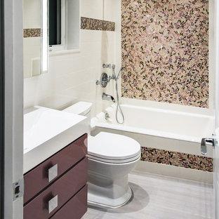 Ispirazione per una stanza da bagno design di medie dimensioni con ante lisce, ante viola, vasca da incasso, vasca/doccia, WC monopezzo, lavabo integrato e top in superficie solida