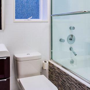 Ispirazione per una stanza da bagno design di medie dimensioni con ante lisce, ante viola, vasca da incasso, vasca/doccia, WC monopezzo, lavabo integrato, top in superficie solida e porta doccia scorrevole