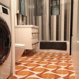Foto de cuarto de baño principal, moderno, con sanitario de dos piezas, baldosas y/o azulejos naranja, baldosas y/o azulejos de cemento y suelo de cemento