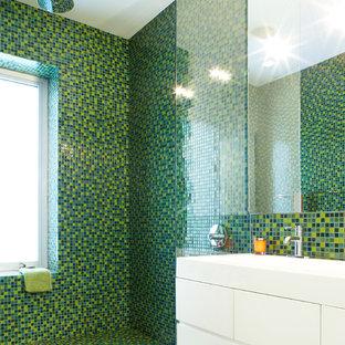 Immagine di una stanza da bagno per bambini contemporanea di medie dimensioni con ante lisce, ante bianche, pavimento con piastrelle a mosaico, pavimento verde, doccia aperta, doccia a filo pavimento, piastrelle verdi, piastrelle a mosaico e lavabo a consolle