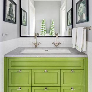 Modelo de cuarto de baño tradicional renovado con armarios con paneles empotrados, puertas de armario verdes, baldosas y/o azulejos blancos, baldosas y/o azulejos de cemento, paredes grises, lavabo bajoencimera, suelo negro y suelo con mosaicos de baldosas