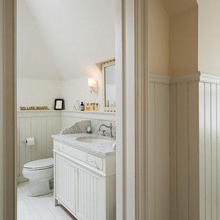 Ispirazione per una piccola stanza da bagno padronale stile shabby con lavabo a consolle, ante in stile shaker, ante bianche, top in marmo, vasca con piedi a zampa di leone, vasca/doccia, WC monopezzo, pareti bianche e pavimento in legno verniciato