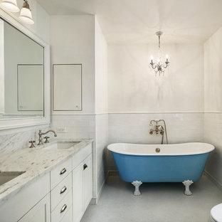 Exempel på ett mellanstort shabby chic-inspirerat en-suite badrum, med ett nedsänkt handfat, skåp i shakerstil, vita skåp, marmorbänkskiva, ett badkar med tassar, en toalettstol med hel cisternkåpa, vit kakel, tunnelbanekakel, vita väggar och mosaikgolv