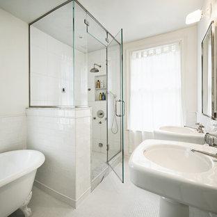 Foto di una sauna minimal di medie dimensioni con lavabo a colonna, vasca con piedi a zampa di leone, piastrelle bianche, piastrelle diamantate, pareti bianche e pavimento con piastrelle a mosaico