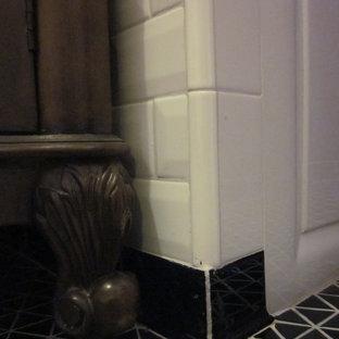 Foto di una piccola stanza da bagno moderna con vasca ad alcova, doccia alcova, piastrelle bianche, piastrelle in ceramica, pareti viola, lavabo sottopiano, pavimento nero e doccia con tenda