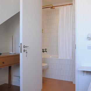 Imagen de cuarto de baño principal, contemporáneo, pequeño, con armarios tipo vitrina, bañera encastrada, ducha a ras de suelo, sanitario de pared, baldosas y/o azulejos blancos, baldosas y/o azulejos de porcelana, paredes blancas, suelo de corcho, lavabo encastrado, suelo beige y ducha con cortina