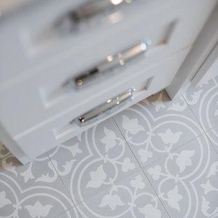 Idee per un'ampia stanza da bagno padronale stile americano con ante in stile shaker, ante bianche, vasca freestanding, doccia aperta, WC monopezzo, piastrelle grigie, piastrelle diamantate, pareti bianche, pavimento in cementine, lavabo da incasso e top in marmo
