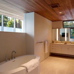 Diseño de cuarto de baño principal, retro, grande, con bañera exenta, armarios con paneles lisos, puertas de armario blancas, paredes blancas, suelo de baldosas de porcelana, encimera de cuarzo compacto y suelo blanco