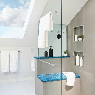 Imagen de cuarto de baño principal y abovedado, moderno, pequeño, con armarios tipo mueble, puertas de armario de madera en tonos medios, ducha empotrada, baldosas y/o azulejos grises, baldosas y/o azulejos de porcelana, paredes blancas, suelo de bambú, lavabo bajoencimera, encimera de cuarcita, suelo beige, ducha con puerta con bisagras y encimeras azules