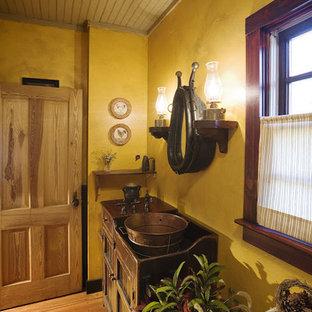 Новые идеи обустройства дома: маленькая главная ванная комната в стиле рустика с монолитной раковиной, фасадами островного типа, темными деревянными фасадами, столешницей из меди и паркетным полом среднего тона