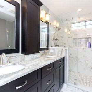 Foto di una grande stanza da bagno padronale classica con pavimento in gres porcellanato, ante nere, doccia alcova, piastrelle bianche, piastrelle in ceramica, pareti rosse, lavabo sottopiano e top in granito