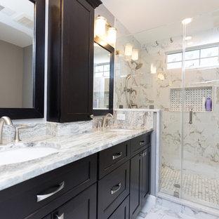 Пример оригинального дизайна: главная ванная комната среднего размера в классическом стиле с фасадами с выступающей филенкой, бежевыми фасадами, гидромассажной ванной, открытым душем, унитазом-моноблоком, бежевой плиткой, керамической плиткой, коричневыми стенами, мраморным полом, врезной раковиной и столешницей из гранита