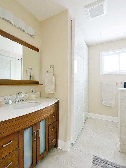 salle de bain avec une baignoire d 39 angle et un placard en trompe l 39 oeil photos et id es d co. Black Bedroom Furniture Sets. Home Design Ideas