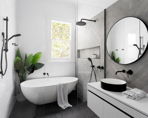 Stanza da bagno con top in quarzo composito e piastrelle di cemento