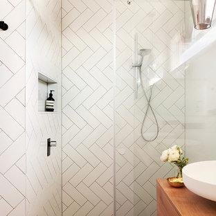 Свежая идея для дизайна: ванная комната в стиле современная классика с настольной раковиной, столешницей из дерева, открытым душем, белой плиткой, белыми стенами, открытым душем и коричневой столешницей - отличное фото интерьера