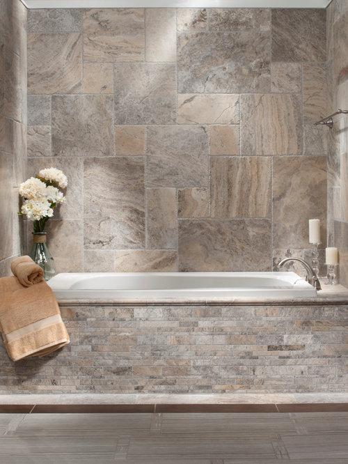 Salle de bain avec un carrelage gris et du carrelage en travertin ...