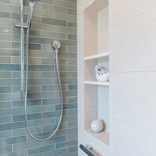 Immagine di una grande stanza da bagno padronale moderna con ante lisce, doccia ad angolo, piastrelle blu, piastrelle in ceramica, pareti bianche, pavimento con piastrelle in ceramica, lavabo sottopiano e top in quarzo composito