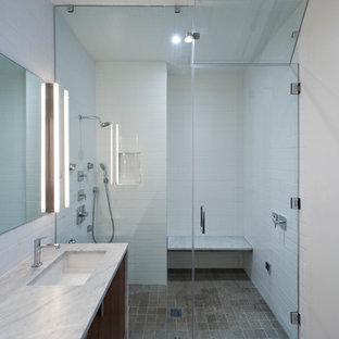Modelo de cuarto de baño moderno con encimera de mármol y baldosas y/o azulejos de cemento