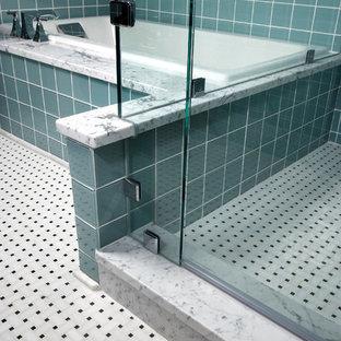 Immagine di una stanza da bagno padronale contemporanea di medie dimensioni con lavabo a colonna, ante lisce, ante in legno chiaro, vasca da incasso, doccia ad angolo, piastrelle blu, piastrelle di vetro, pareti blu e pavimento in marmo