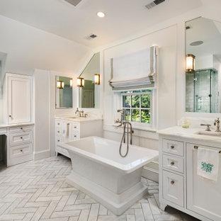 Inredning av ett klassiskt en-suite badrum, med ett fristående badkar, vita väggar, ett undermonterad handfat, en dusch i en alkov, marmorgolv, marmorbänkskiva och dusch med gångjärnsdörr