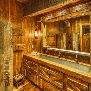 デンバーのラスティックスタイルのおしゃれな子供用バスルーム (濃色木目調キャビネット、コーナー設置型シャワー、濃色無垢フローリング、横長型シンク、木製洗面台) の写真