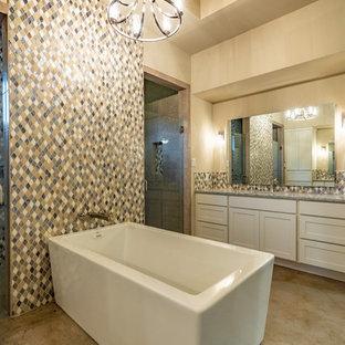 Diseño de cuarto de baño principal, tradicional renovado, grande, con armarios estilo shaker, puertas de armario blancas, bañera exenta, ducha abierta, baldosas y/o azulejos beige, baldosas y/o azulejos negros, baldosas y/o azulejos marrones, baldosas y/o azulejos grises, baldosas y/o azulejos blancos, baldosas y/o azulejos en mosaico, paredes beige, suelo de cemento, lavabo bajoencimera, encimera de granito, suelo marrón, ducha con puerta con bisagras y encimeras multicolor
