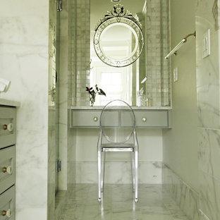 アトランタの中サイズのトランジショナルスタイルのおしゃれなマスターバスルーム (フラットパネル扉のキャビネット、グレーのキャビネット、白いタイル、大理石の床、珪岩の洗面台、大理石タイル) の写真