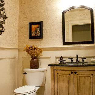 Ejemplo de cuarto de baño con ducha, clásico, pequeño, con lavabo bajoencimera, armarios tipo mueble, puertas de armario con efecto envejecido, encimera de granito, baldosas y/o azulejos beige, baldosas y/o azulejos de piedra, paredes beige y suelo de baldosas de terracota