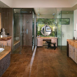 Asiatisk inredning av ett stort en-suite badrum, med en jacuzzi, en hörndusch, grå kakel, keramikplattor, grå väggar, mellanmörkt trägolv, ett undermonterad handfat, bänkskiva i koppar, brunt golv och dusch med gångjärnsdörr
