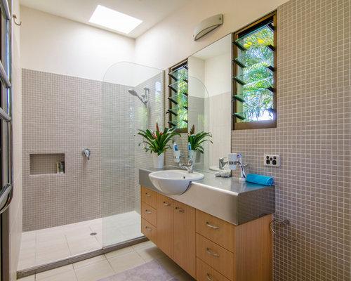 Badezimmer mit edelstahl waschbecken waschtisch und Badezimmer mosaikfliesen
