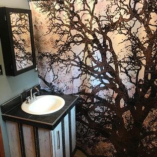 Ejemplo de cuarto de baño con ducha, moderno, pequeño, con armarios tipo mueble, puertas de armario con efecto envejecido, paredes grises, lavabo encastrado, encimera de azulejos, encimeras negras, suelo de baldosas de porcelana y suelo beige