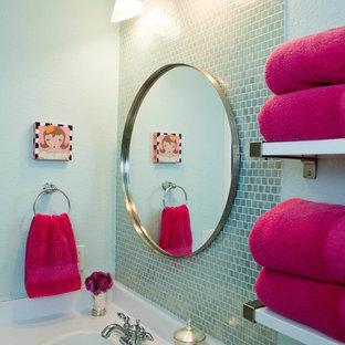 Exempel på ett litet modernt badrum för barn, med ett nedsänkt handfat, luckor med infälld panel, vita skåp, laminatbänkskiva, ett badkar i en alkov, en dusch/badkar-kombination, en toalettstol med separat cisternkåpa, blå kakel, glaskakel, blå väggar och klinkergolv i keramik