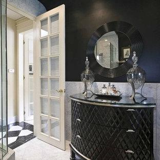 Foto di una stanza da bagno chic con ante nere, piastrelle bianche e pareti nere