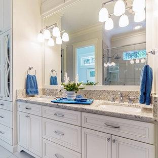 Esempio di una grande stanza da bagno padronale con ante a persiana, ante bianche, doccia ad angolo, pareti bianche, pavimento in gres porcellanato, lavabo sottopiano, top in granito, pavimento bianco, porta doccia a battente e top multicolore