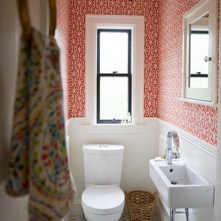 Foto de cuarto de baño con ducha, ecléctico, pequeño, con suelo de mármol, lavabo suspendido, sanitario de una pieza, paredes multicolor y encimera de acrílico
