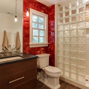 Esempio di una piccola stanza da bagno country con lavabo sottopiano, ante lisce, ante in legno scuro, top in granito, doccia aperta, WC a due pezzi, piastrelle di vetro, pareti rosse, pavimento con piastrelle in ceramica, piastrelle rosse, pavimento marrone e doccia aperta