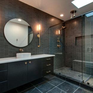 Пример оригинального дизайна: ванная комната в современном стиле с плоскими фасадами, черными фасадами, двойным душем, серой плиткой, плиткой мозаикой, настольной раковиной, серым полом, душем с распашными дверями, белой столешницей, нишей, тумбой под одну раковину и подвесной тумбой