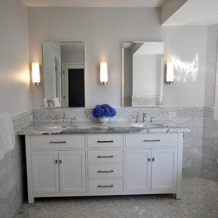 Inspiration för ett stort vintage grå grått en-suite badrum, med skåp i shakerstil, vita skåp, ett fristående badkar, grå kakel, marmorkakel, grå väggar, terrazzogolv, ett undermonterad handfat, granitbänkskiva och grått golv