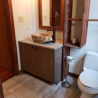 Foto di una stanza da bagno country di medie dimensioni con ante in legno scuro, lavabo a bacinella, top in cemento e top grigio