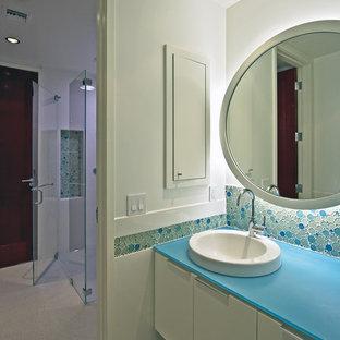 Стильный дизайн: ванная комната в стиле модернизм с накладной раковиной, синей плиткой, плиткой мозаикой и синей столешницей - последний тренд