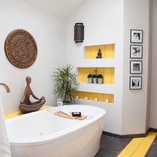 Foto di una stanza da bagno padronale eclettica con vasca freestanding, pareti multicolore e pavimento multicolore