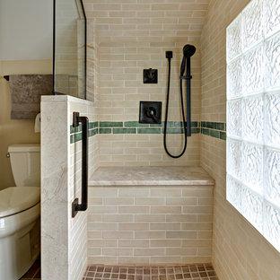 Idee per una stanza da bagno con doccia stile americano di medie dimensioni con ante in stile shaker, ante in legno bruno, doccia alcova, WC a due pezzi, piastrelle beige, piastrelle in ceramica, pareti beige, pavimento con piastrelle in ceramica, lavabo sottopiano, top in marmo, pavimento marrone e porta doccia a battente