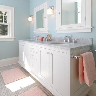 Ejemplo de cuarto de baño infantil, de estilo americano, con lavabo bajoencimera, armarios estilo shaker y puertas de armario blancas