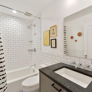 Modelo de cuarto de baño infantil, contemporáneo, pequeño, con paredes blancas, encimera de esteatita, armarios con paneles lisos, bañera empotrada, combinación de ducha y bañera, baldosas y/o azulejos blancos, baldosas y/o azulejos de cemento, lavabo bajoencimera y ducha con cortina