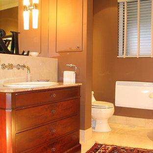 Idee per una stanza da bagno padronale classica di medie dimensioni con ante lisce, ante in legno scuro, vasca freestanding, WC monopezzo, piastrelle bianche, piastrelle di marmo, pareti marroni, pavimento in marmo, lavabo da incasso, top in marmo e pavimento bianco