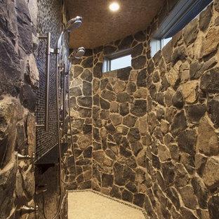 Klassisches Badezimmer mit Doppeldusche und beigefarbenen Fliesen in Calgary