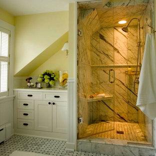 Пример оригинального дизайна: ванная комната в классическом стиле с фасадами с утопленной филенкой, белыми фасадами, мраморной столешницей, душем в нише, белой плиткой, каменной плиткой, желтыми стенами и мраморным полом