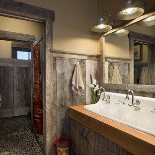 Foto di una stanza da bagno rustica di medie dimensioni con pavimento in gres porcellanato, lavabo rettangolare, top in legno e doccia con tenda