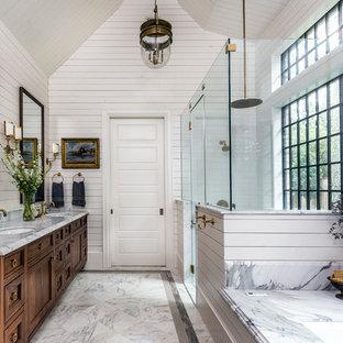 Ejemplo de cuarto de baño principal, clásico, con armarios con paneles empotrados, puertas de armario de madera en tonos medios, bañera encastrada sin remate, paredes blancas, lavabo bajoencimera, suelo multicolor, ducha con puerta con bisagras y encimeras grises